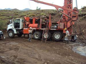 Equipo perforador trabajando en zonas rurales de Chubut, año 2011